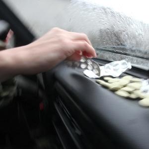 Ein Autofahrer greift zu einem Medikament