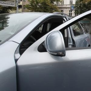 Auto mit offener Tür