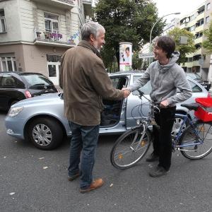 Ein Autofahrer redet mit einem Radfahrer